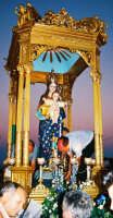Festa della Madonna della Divina Grazia (03.07.2005) - Il simulacro della Madonna sull'artistico fercolo.  - Santa venerina (2860 clic)