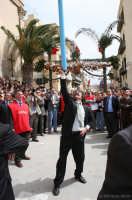Pasqua. Per devozione alcuni fedeli, quelli che lo sanno fare, tengono in equilibrio il palio durante la festa di Pasqua.  - Casteltermini (8285 clic)