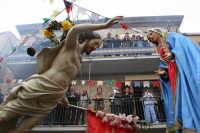 Casteltermini - Pasqua. U n'cuntru ovvero l'incontro della Madonna con Gesù risorto. Come ogni anno u zi Peppi butta dal balcone la sua coppola in segno di gioia.  - Casteltermini (11668 clic)