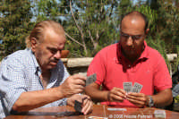 Il grande attore Tano Cimarosa gioca a carte con il videomaker Nicola Palmeri. Foto scattata prima d