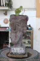 Testa scolpita nella pietra lavica da un artista della bellissima isola Lipari.  - Lipari (4088 clic)