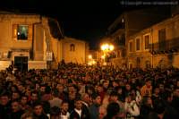 Barrafranca. Venerdì Santo 2006. La gente aspetta l'uscita della vara con Gesù. http://www.nicolapalmeri.it  - Barrafranca (19832 clic)