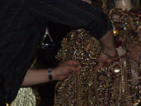 2Luglio,festa della patrona Maria SS.della Visitazione la vestizione del simulacro tramite corpetti reggenti monili d'oro ex-voto d'inestimabile valore.L'azione avviene a porte chiuse,alla presenza di pochi intimi.  - Enna (4389 clic)