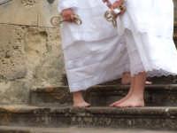 2Luglio,festa della patrona Maria SS.della Visitazione i portatori del pesante fercolo attendono con fervore l'uscita della processione.  - Enna (2036 clic)