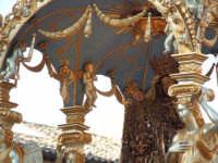2Luglio,festa della patrona Maria SS.della Visitazione il pesante fercolo, interamente scolpito su legno,in processione.  - Enna (1935 clic)