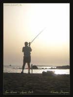 Soggetto: Il Pescatore Fotocamera: Nikon Coolpix 2100 Software: Adobe Photoshop CS2 Luogo: San Leone (AG) Data: 18 Agosto 2oo5 Ora: 18:56  - San leone (3352 clic)