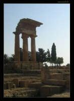 Soggetto: Tempio di Castore e Polluce Fotocamera: Nikon Coolpix 2100 Software: Adobe Photoshop CS2 Luogo: Agrigento Data: 21 Agosto 2oo5 Ore: 17:30  - Agrigento (2327 clic)