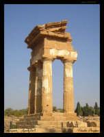 Soggetto: Tempio di Castore e Polluce Fotocamera: Nikon Coolpix 2100 Software: Adobe Photoshop CS2 Luogo: Agrigento Data: 21 Agosto 2oo5 Ore: 17:33  - Agrigento (2846 clic)