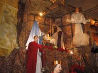 Natale 2006. Particolare dell'artistico presepe allestito sull'altare maggiore della Chiesa Madre di Linera.  - Linera (3905 clic)