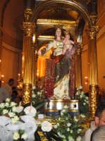 FESTA DI MARIA SS. DEL LUME 13.11.2005 IL SIMULACRO DI MARIA SS. DEL LUME SUL FERCOLO , PRIMA DELL'USCITA DALLA CHIESA MADRE.  - Linera (4982 clic)