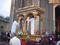 FESTA DI MARIA SS. DEL LUME 13.11.2005 INIZIO DELLA PROCESSIONE, CON IL FERCOLO TRAINATO DAI DEVOTI   - Linera (3809 clic)