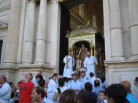 FESTA DI MARIA SS. DELLA CATENA 15.08.2005 Uscita del fercolo dalla Matrice per la processione.  - Aci catena (5925 clic)