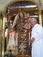 FESTA DI MARIA SS. DELLA CATENA 15.08.2005 Il venerato simulacro di Maria ss. della Catena sull'artistico fercolo argenteo.  - Aci catena (5699 clic)
