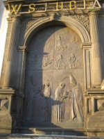 La porta in bronzo, nell'artistica cornice del portale barocco in pietra, della Chiesa parrocchiale di Aci S. Lucia in Aci Catena  - Aci catena (3707 clic)