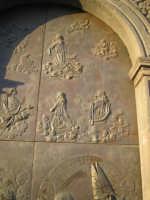 Particolare 3 della porta in bronzo della Chiesa parrocchiale di Aci S. Lucia in Aci Catena  - Aci catena (2941 clic)