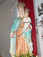Statua di Maria SS. del Rosario , all'interno della chiesa del borgo marinaro nel giorno della festa.  - Torre archirafi (3109 clic)