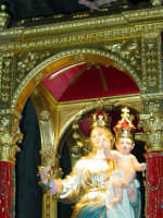 Simulacro della Madonna della libertà nel giorno della festa posto sull'artistico fercolo.  - San leonardello di giarre (3131 clic)