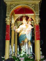 Simulacro della Madonna della libertà nel giorno della festa posto sull'artistico fercolo.  - San leonardello di giarre (2947 clic)