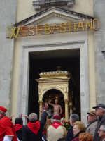 simulacro di S. Sebastiano sul fercolo mentre esce dalla chiesa.  - Santa venerina (4191 clic)