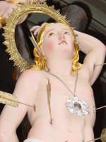 Simulacro di S. sebastiano nel momento dell'uscita dalla chiesa madre del paese.  - Piedimonte etneo (3324 clic)
