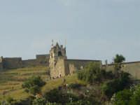 veduta della chiesa del castello con i fedeli in attesa della calata.  - Calatabiano (1910 clic)