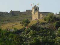 veduta della chiesa del castello con i fedeli in attesa della calata.  - Calatabiano (2129 clic)