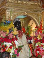 S. Filippo sul fercolo appena entrato nella chiesa madre dopo la calata.  - Calatabiano (2273 clic)