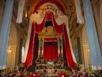 chiesa dei santi fratelli martiri riccamente  parata  prima della svelata.  - Sant'alfio (8396 clic)