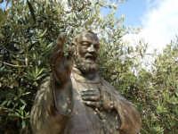 Statua in bronzo di Padre Pio situata in piazza P.P. di Pietralcina ad Alcamo  - Alcamo (1372 clic)