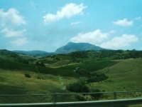Panorama di Alcamo con vista del monte Bonifato fotografato dal pullman  - Alcamo (1282 clic)