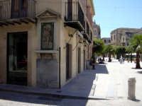 Un angolo di piazza Ciullo, con una bellissima immagine in primo piano.  - Alcamo (1353 clic)