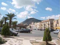 Alcamo Piazza della Repubblica  con vista monte Bonifato  - Alcamo (2086 clic)