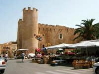Piazza della repubblica: castello e mercatino   - Alcamo (1258 clic)