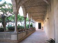 Nel cortile della chiesa di S. Maria del Gesu'  - Alcamo (787 clic)