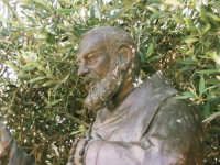 Statua in bronzo di Padre Pio   - Alcamo (1753 clic)