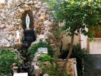 Grotta con Madonnina di lourdes nel giardino della chiesa di Santa Maria di Gesu'  - Alcamo (13058 clic)