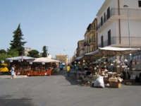 Mercatino in Piazza della Repubblica in occasione della festa di Maria S.S. dei Miracoli 2006  - Alcamo (1177 clic)