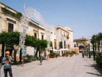 Luminara vista da  una parte della Piazza Ciullo in occasione della festa di Maria S.S. dei Miracoli Patrona di Alcamo 2006  - Alcamo (1351 clic)