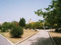 Giardino di Piazza della repubblica con cupola della chiesa del Colleggio  - Alcamo (1085 clic)