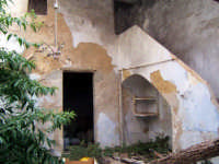All'interno di un vecchia casa contadina  abbandonata   - Alcamo (2779 clic)