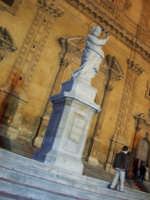 SANTUNI (una delle statue posta sulla scalinata di S.Pietro)    - Modica (3172 clic)