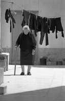 anziana signora tra i vicoli di modica  - Modica (5712 clic)