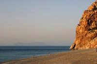 Spiaggia a Capo Calavà con lo sfondo dell'isola di Vulcano - Foto di Giuseppe Accordino  - Gioiosa marea (5708 clic)