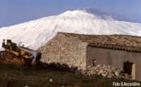 Centuripe (EN) - Vecchia cascina con lo sfondo dell'Etna innevata - Foto di Giuseppe Accordino  - Centuripe (3978 clic)