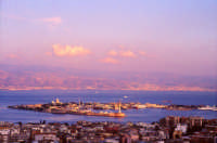 Vista del porto sullo stretto con lo sfondo di Reggio Calabria  - Messina (10525 clic)
