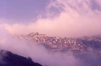 Panorama in un pomeriggio di nebbia  - Montalbano elicona (4945 clic)