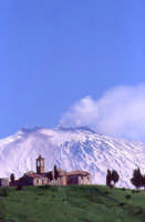 Borgo Giuliano con lo sfondo dell'Etna  - San teodoro (7263 clic)