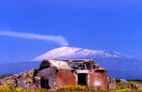 Vecchio casolare con lo sfondo dell'Etna  - Etna (10758 clic)