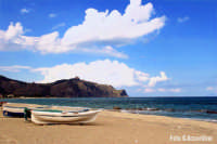 Falcone (Me)- Spiaggia con lo sfondo del promontorio di Tindari con l'omonimo Santuario  -  Foto di Giuseppe Accordino  - Falcone (11643 clic)