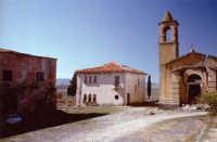 Borgo Giuliano - A SINITRA EDIFICIO AD USO ABITATIVO E MUNICIPIO- AL CENTRO LA SCUOLA ELEMENTARE E A DESTRA LA CHIESA   - San teodoro (6757 clic)